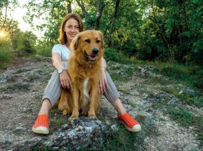 Balsai Móni és örökbefogadott kutyája, Liza